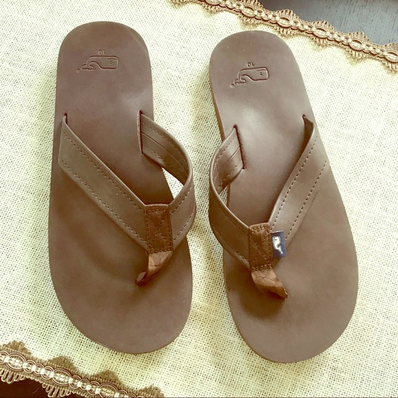 802bdb7c1e30 Vineyard Vines Men s Leather Flip Flops. M 5b7996ce5bbb80ae7416f085